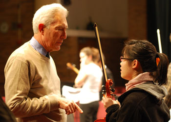 Arnold Steinhardt talks with Hanna Moon, a violinist with the Huron High symphony orchestra.
