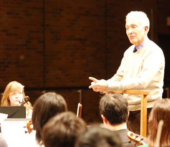 Arnold Steinhardt shares some insights with the Huron High symphony.